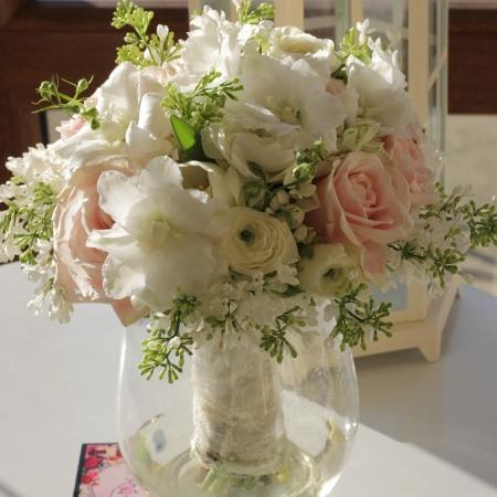 Buchet enrose liliac trandafiri roz (1)