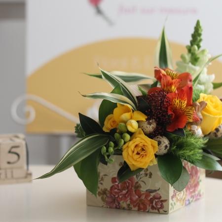 Aranjament floral cutiuta galben (2)