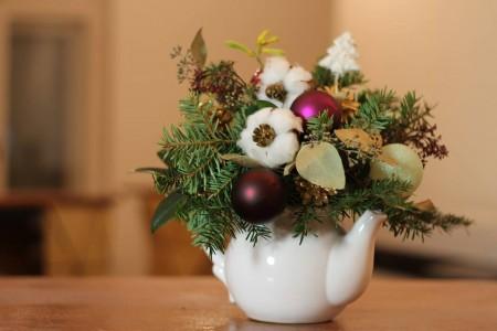 Aranjament floral de Crăciun în ceainic