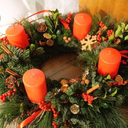 Aranjament floral de Crăciun coroniță de Advent