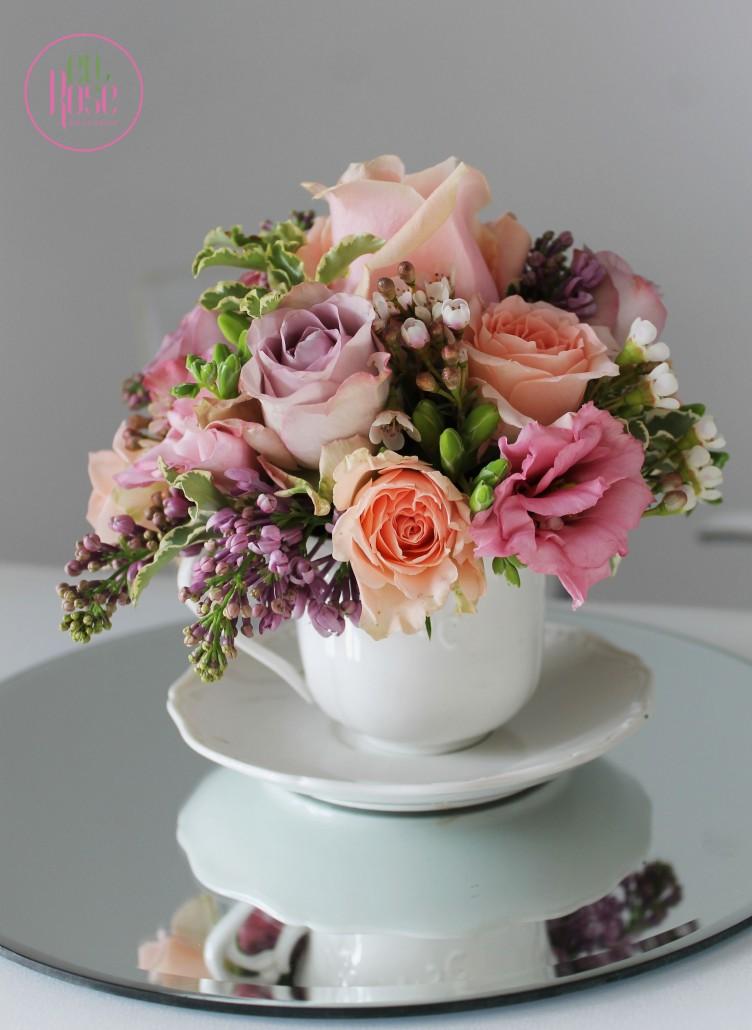 aranjament floral flori romantic primavara liliac trandafiri pastel