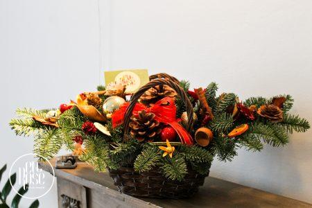 Aranjament floral de Crăciun Surprize în coș