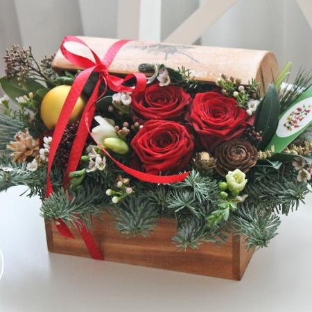 Aranjament floral de Crăciun Cufărul cu dichiseli