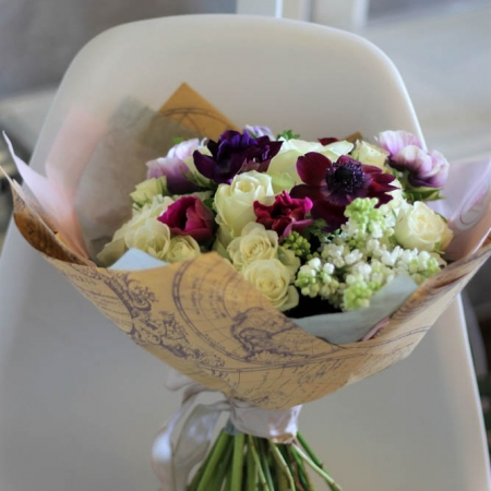 Buchet de flori cu liliac alb și anemone