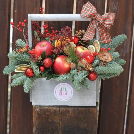 Aranjament floral tip cosulet cu mere