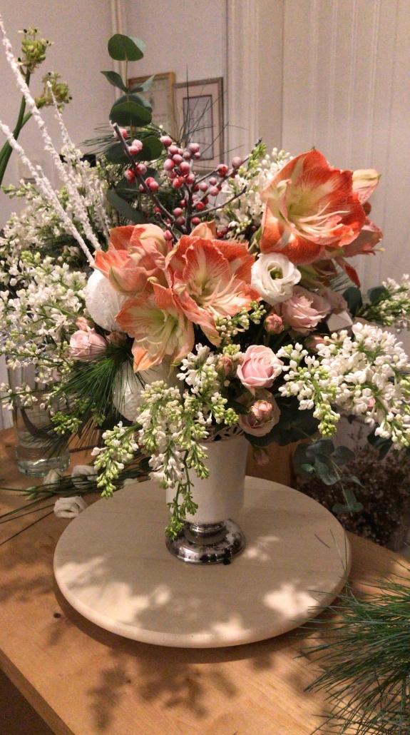 Aranjament floral cu liliac alb