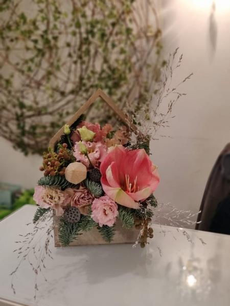 Aranjament floral roz Căsuța dulce