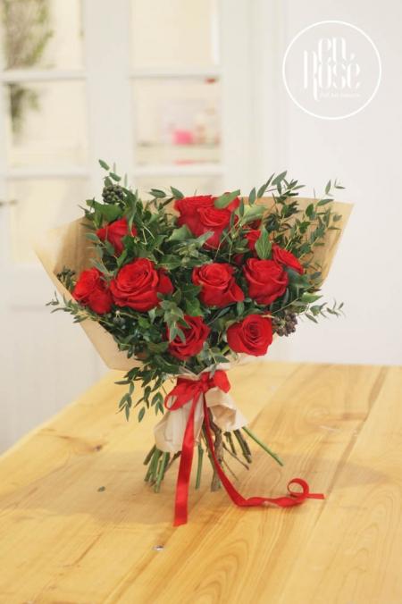 buchet de flori cu trandafiri rosii
