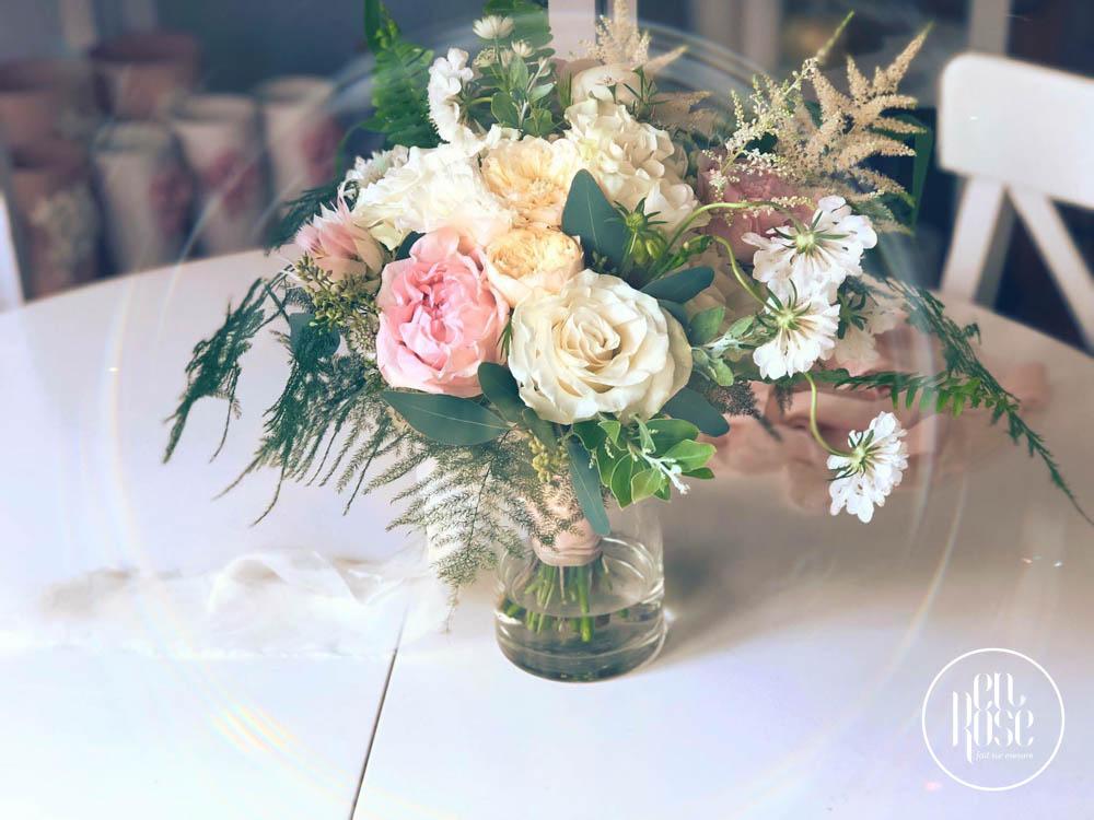 buchet de flori cu trandafiri roz de gradina si bujori