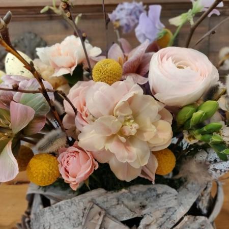 aranjament floral de paste in scoarta