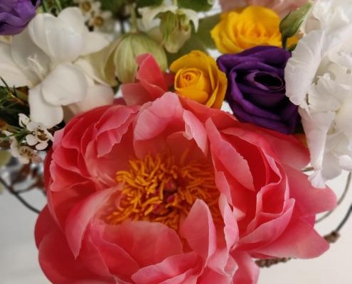 aranjament de flori cu bujori corai
