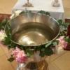 Ghirlandă cu bujori pentru cristelnița de botez