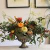 aranjament de toamna in cupa cupă antichizată cu flori și dovlecei