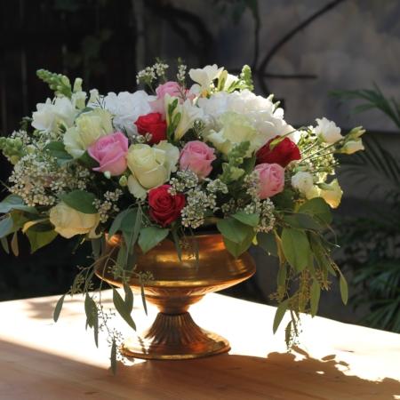Aranjament floral deosebit în cupă antichizatăAranjament floral deosebit în cupă antichizată