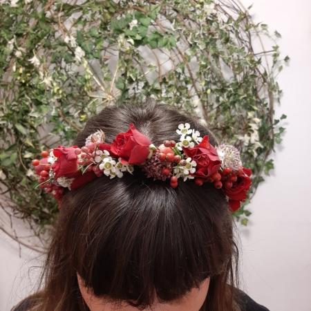Coroniță de păr cu flori roșii3