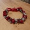 Coroniță de păr cu flori roșii