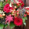 aranjament cu flori roșii în cupa Goodluck