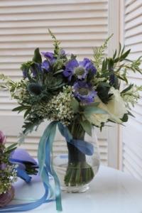 aranjament floral de intampinare albastru clasic