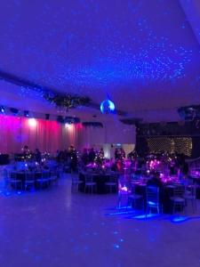 Decor sala cu iluminat albastru