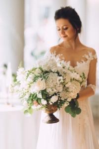 Nunta in alb si verde - aranjament de masa in cupa inalta