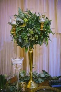 Nunta in alb si verde - aranjament in sfesnic auriu
