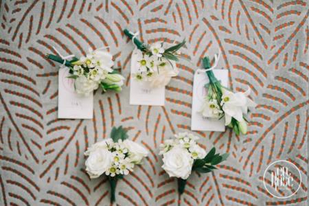 Cocarde de nuntă cu flori albe