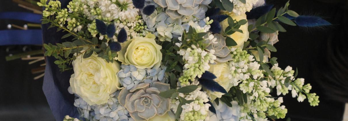 Liliacul alb - Buchet cu flori albastre Blue Moon