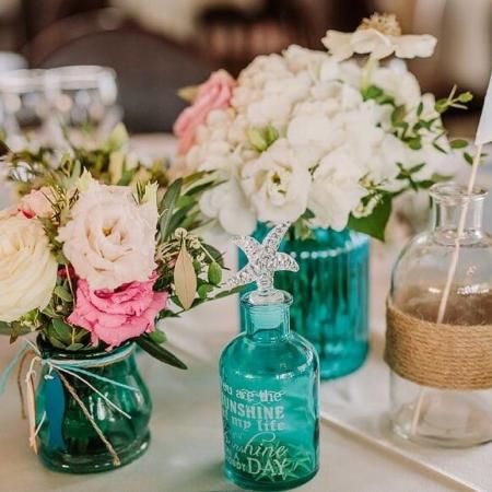 Ansamblu de vase colorate și flori pentru nuntă