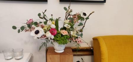 Aranjament floral cu ranunculus și anemone Panda