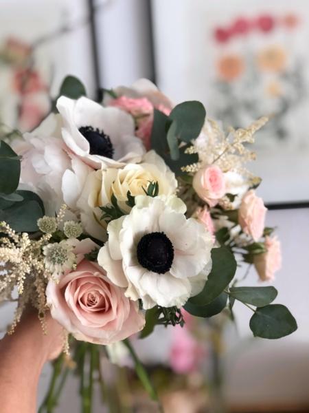 Buchet cu anemone și bujori Innocence