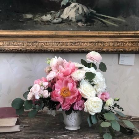 Aranjament floral elegant cu bujori