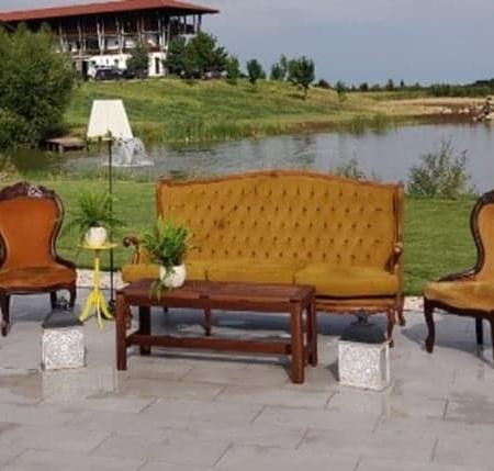 Photocorner cu scaune și canapea în stil baroc